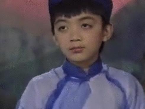 """Clip: Soobin Hoàng Sơn từ thời """"má còn phính sữa"""" đã biểu diễn đàn bầu vô cùng chuyên nghiệp"""