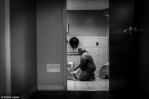 Ảnh nữ y tá giúp bà mẹ mới sinh trong toilet gây xúc động mạnh-1