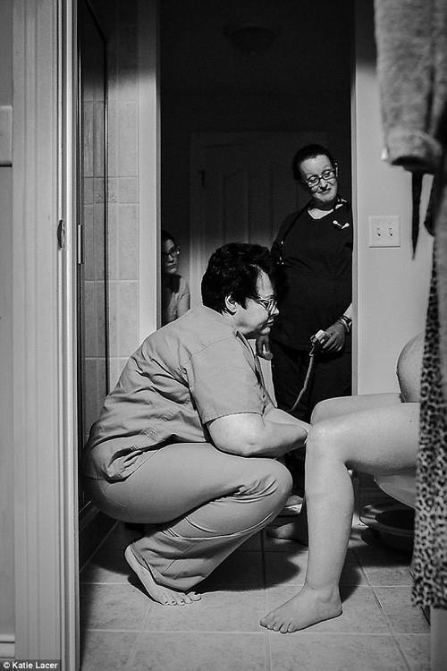 Ảnh nữ y tá giúp bà mẹ mới sinh trong toilet gây xúc động mạnh-5