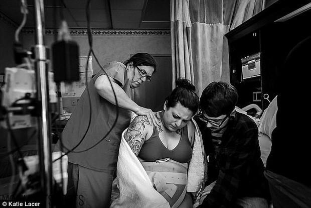 Ảnh nữ y tá giúp bà mẹ mới sinh trong toilet gây xúc động mạnh-6