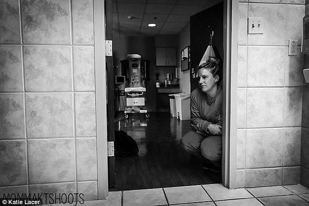 Ảnh nữ y tá giúp bà mẹ mới sinh trong toilet gây xúc động mạnh-8