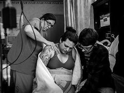 Ảnh nữ y tá giúp bà mẹ mới sinh trong toilet gây xúc động mạnh