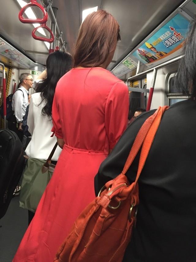 Sau khi đăng quang, Hoa hậu xấu nhất Hong Kong vẫn chăm chỉ đi tàu điện-3