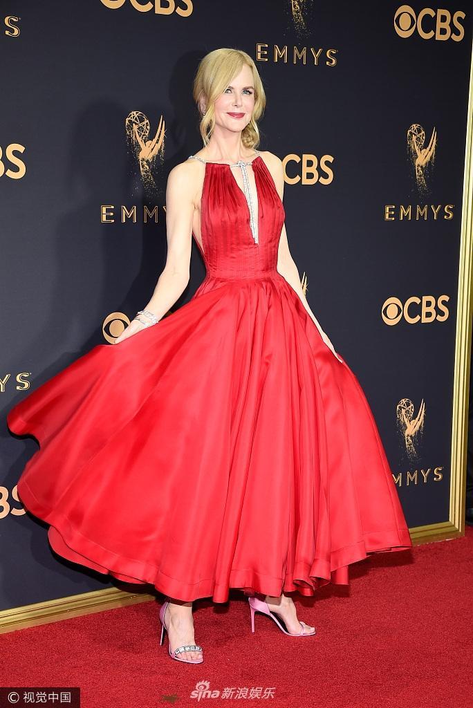 Bước qua tuổi 50, Nicole Kidman vẫn chặt đẹp dàn mỹ nhân trên thảm đỏ Emmy 2017-1