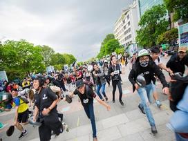 Tranh cãi việc hàng trăm bạn trẻ cầm chảo ở phố đi bộ Nguyễn Huệ