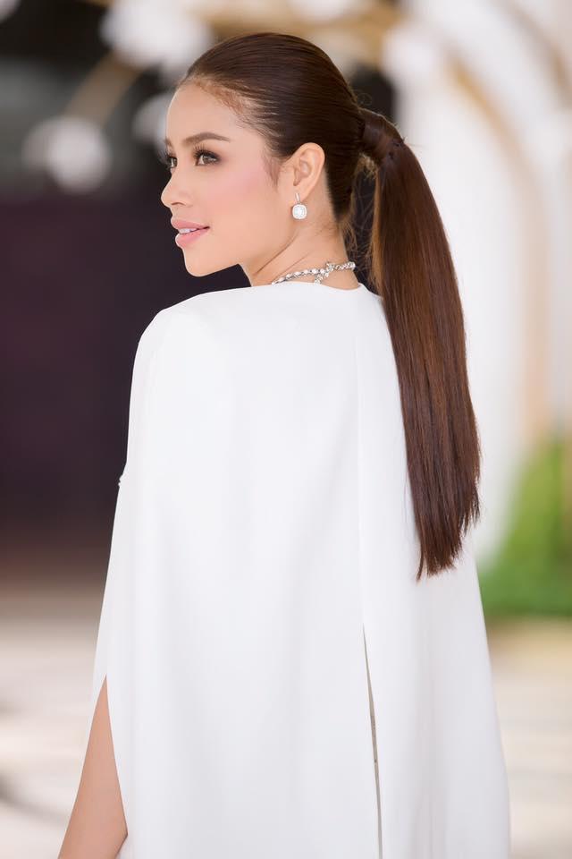 Hoa hậu Phạm Hương đang bị áo dáng cape mê hoặc trong mọi lần xuất hiện-7