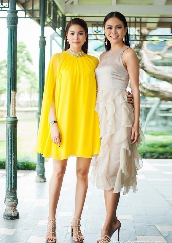 Hoa hậu Phạm Hương đang bị áo dáng cape mê hoặc trong mọi lần xuất hiện-1