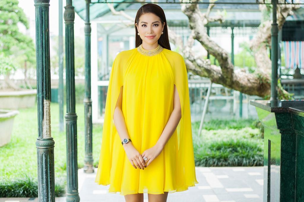 Phạm Hương đẹp rạng rỡ trong loạt thiết kế dáng cape
