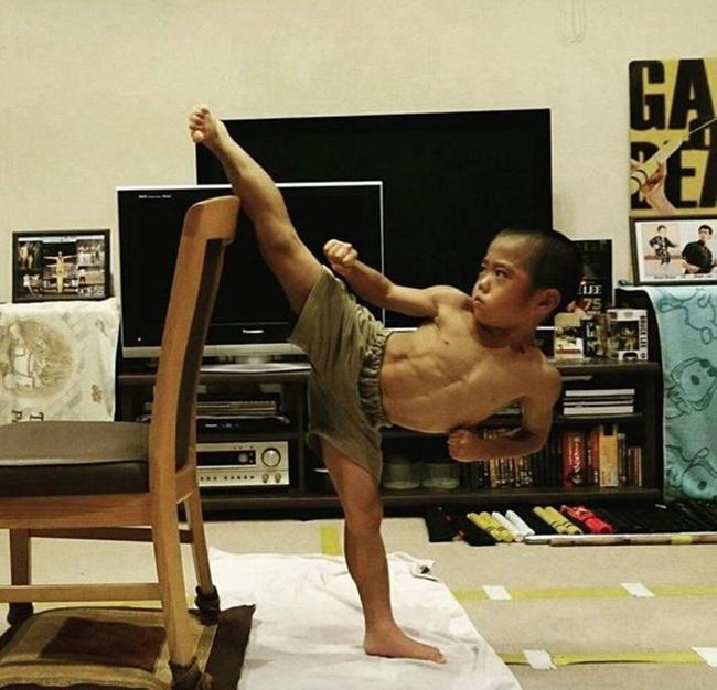 Thần đồng kungfu 7 tuổi mà cơ bắp cuồn cuộn, múa võ như Lý Tiểu Long-2