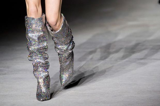 Trong vô vàn fashionista Việt, có lẽ chỉ mình Nga Nguyễn dám chi 230 triệu đồng sắm đôi boot đụng hàng Rihanna-5