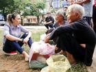 Chẳng ngại tiếng 'họa mi', Mỹ Tâm ngồi bệt xuống đường cùng người dân thiện nguyện