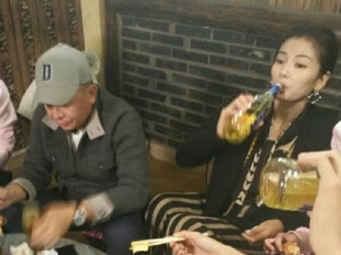 Lưu Đào tu cạn chai bia như nam tử hán, ông xã ngồi bên chỉ dám uống trà