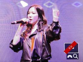 Fan xôn xao khi Taeyeon giơ 'ngón tay thối' trong khi biểu diễn