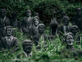 Lạnh gáy đi trong khu vườn với hàng trăm bức tượng bị bỏ hoang