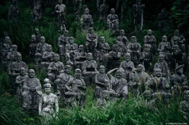 Lạnh gáy đi trong khu vườn với hàng trăm bức tượng bị bỏ hoang-1