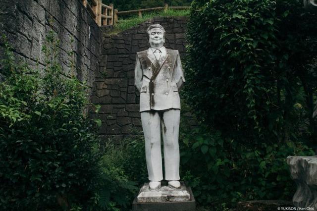 Lạnh gáy đi trong khu vườn với hàng trăm bức tượng bị bỏ hoang-3
