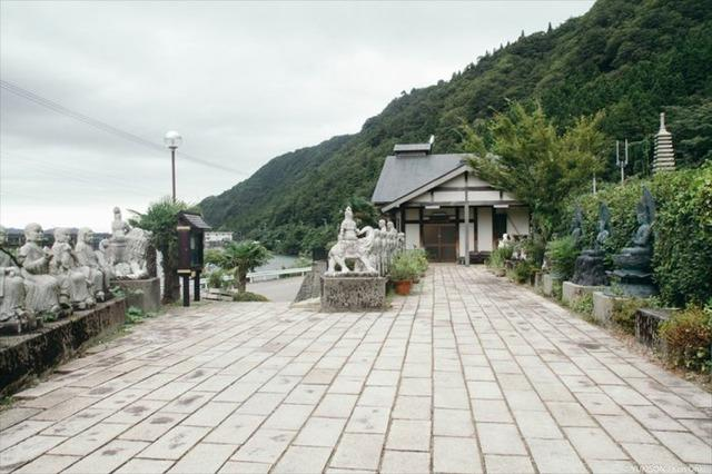 Lạnh gáy đi trong khu vườn với hàng trăm bức tượng bị bỏ hoang-4