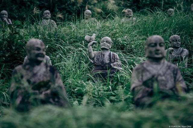 Lạnh gáy đi trong khu vườn với hàng trăm bức tượng bị bỏ hoang-6