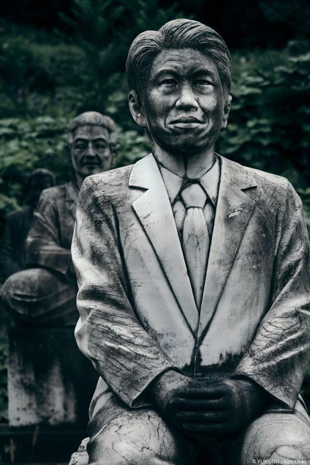 Lạnh gáy đi trong khu vườn với hàng trăm bức tượng bị bỏ hoang-9