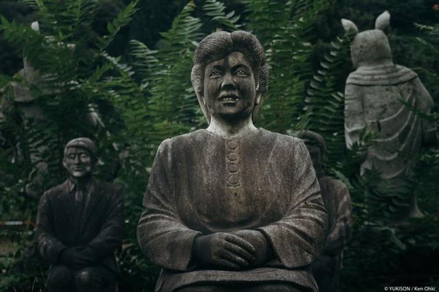 Lạnh gáy đi trong khu vườn với hàng trăm bức tượng bị bỏ hoang-11