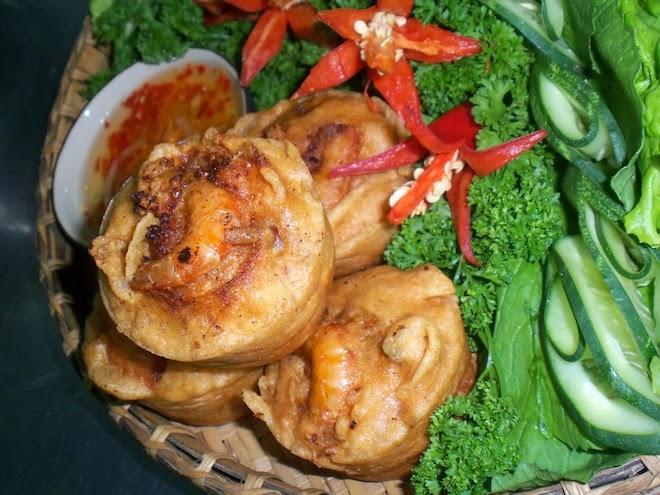 Bánh cống là đặc sản ăn kèm các loại rau sống