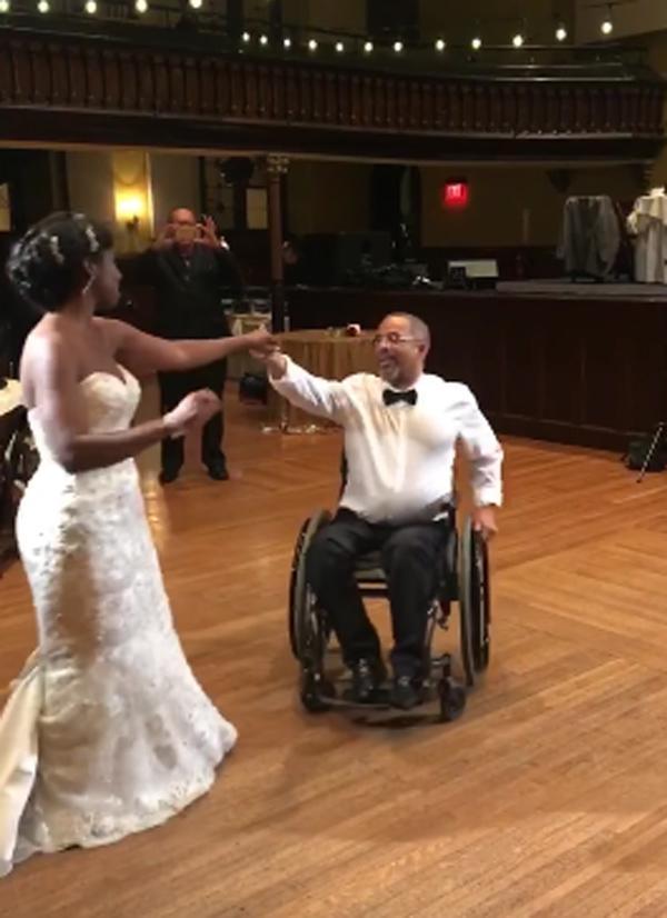 Xúc động cảnh người cha bị liệt 10 năm vẫn khiêu vũ cùng con gái trong ngày cưới-2