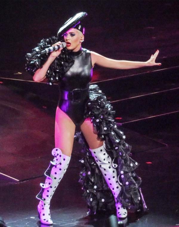 Chọn trang phục của NTK Công Trí trong liveshow, Katy Perry gây shock làng thời trang Việt-4