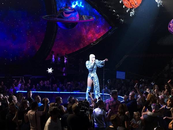 Chọn trang phục của NTK Công Trí trong liveshow, Katy Perry gây shock làng thời trang Việt-8