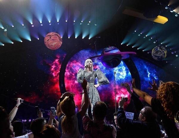 Chọn trang phục của NTK Công Trí trong liveshow, Katy Perry gây shock làng thời trang Việt-9