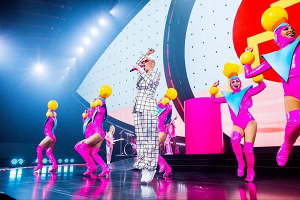 Chọn trang phục của NTK Công Trí trong liveshow, Katy Perry gây shock làng thời trang Việt-12