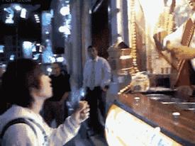 Gã bán kem 'khốn nạn' khiến khách hàng phát điên