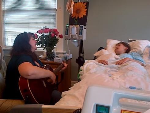 Con gái ung thư rơi vào hôn mê sâu, ông bố chụp khoảnh khắc xúc động, hút triệu lượt xem