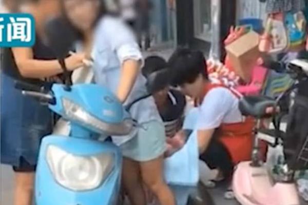Mẹ đẻ rơi con khi đang đi xe máy, người đi đường không nhắc thì cũng không biết-1