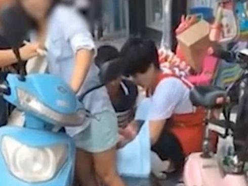 Mẹ đẻ rơi con khi đang đi xe máy, người đi đường không nhắc thì cũng không biết