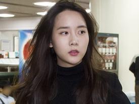 Sao Hàn 23/9: Cô gái rủ T.O.P hút cần sa 'dát' hàng hiệu toàn thân khi tới tòa án