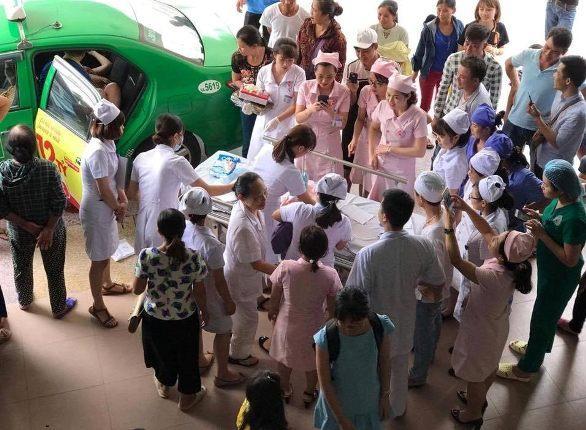 Hi hữu: Chồng đỡ đẻ cho vợ ngay trước sảnh bệnh viện 115-2