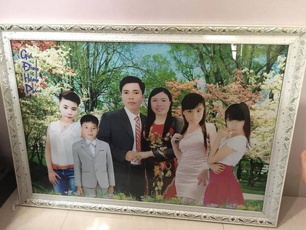 Photoshop có tâm chút được không, ảnh gia đình mà mặt một nơi, thân một nẻo thế này?