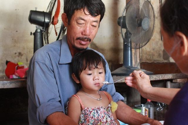 Hai cháu bé mồ côi ở Bắc Giang: Trời mưa, con chỉ lo bố mẹ ở trên trời bị ướt-2