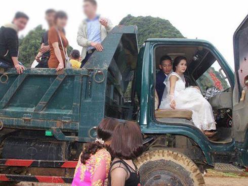 Rước dâu bằng 2 xe tải, cặp đôi Hòa Bình khiến cư dân mạng trầm trồ