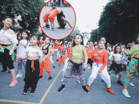 Hàng trăm em nhỏ náo loạn phố đi bộ với tiết mục nhảy múa sôi động
