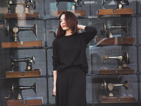 CEO Sarah Tú diện 'cây đen' trên phố Hàn