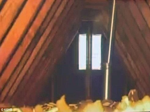 Cảnh sát trèo lên gác mái và nhìn thấy cảnh tượng kinh hoàng, bí mật của bà mẹ độc ác bị phơi bày