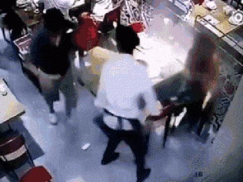 Kinh hoàng khoảnh khắc nhân viên phục vụ trượt ngã, đổ nồi nước lẩu vào người bé trai
