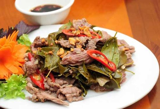 Thịt trâu nấu lá lồm là một trong những món đặc sản nổi tiếng của Hòa Bình