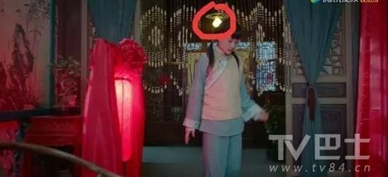 Năm ấy hoa nở trăng vừa tròn của Tôn Lệ lại bị soi lỗi sai hài hước-1