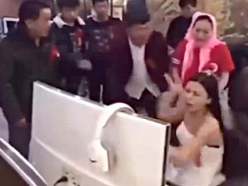 Cô dâu mải chơi game, cả nhà phải ra quán net kéo về tổ chức đám cưới