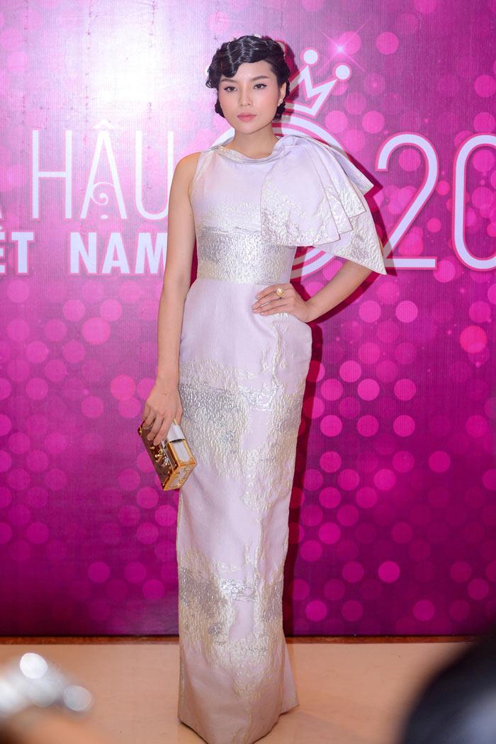 Angela Phương Trinh mặc áo hở eo - Người Nổi Tiếng