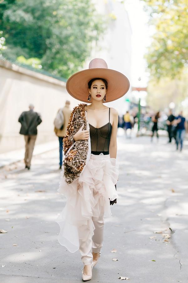 Minh Hằng diện đồ như mẫu game, Ngọc Trinh mặc váy có như không lọt top sao thảm họa-2