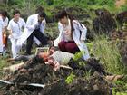 Mai Thu Huyền và Đinh Y Nhung lấy hết can đảm theo dõi ca phẫu thuật đầy máu me