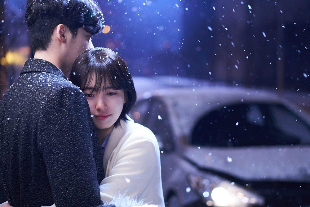 Khi nàng say giấc khởi đầu đầy kịch tính: Lee Jong Suk cứu Suzy thoát chết trong gang tấc-12